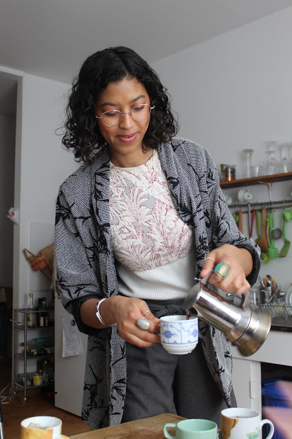 L'artiste Elke Foltz sert du thé